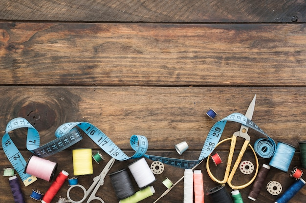 Fita métrica perto de ferramentas de costura Foto gratuita