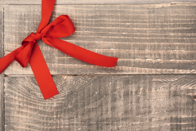 Fita vermelha nas pranchas de madeira Foto gratuita
