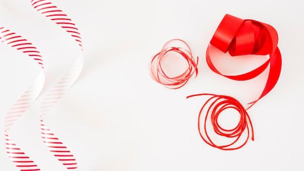 Fitas brilhantes vermelhas isoladas no fundo branco Foto gratuita
