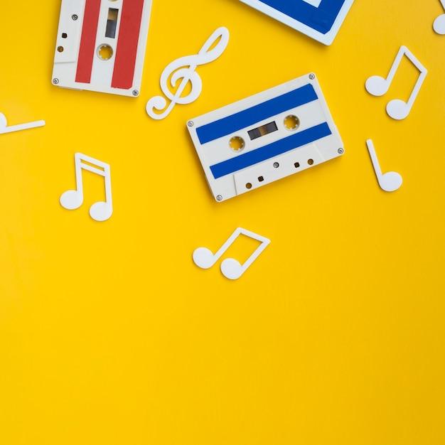 Fitas cassete multicoloridas com espaço para cópia Foto gratuita