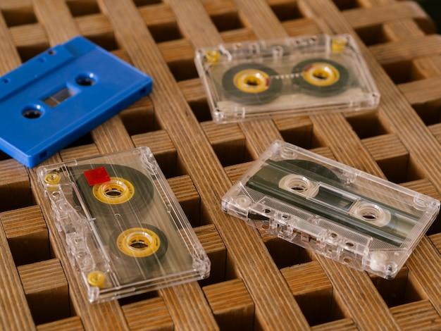 Fitas cassete na mesa close-up Foto gratuita