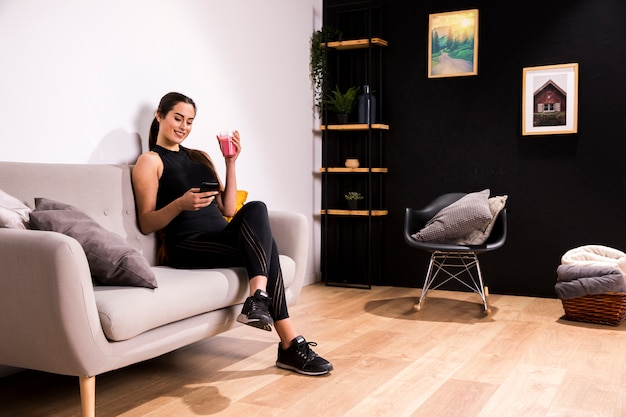 Fitness mulher bebendo um suco de desintoxicação Foto gratuita