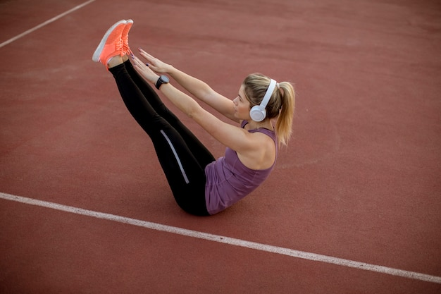 Fitness mulher treino abs treino Foto Premium