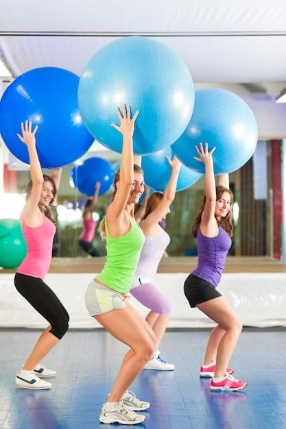 Fitness - treino e treino no ginásio Foto Premium