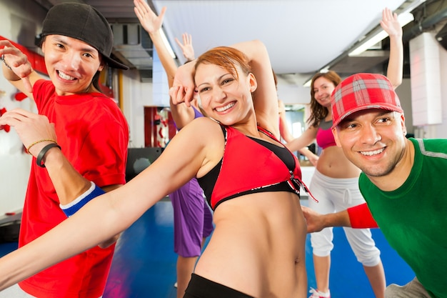 Fitness - zumba dança no ginásio Foto Premium