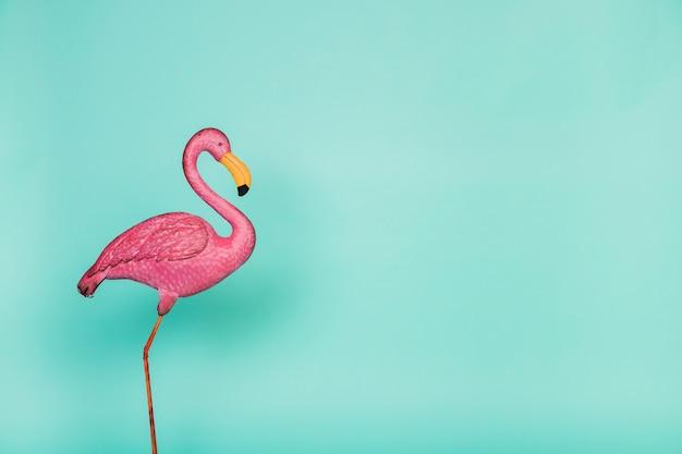 Flamingo de plástico rosa artificial Foto gratuita