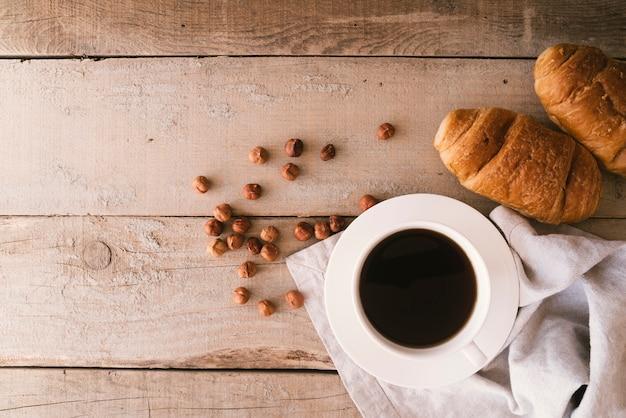 Flat lay café e croissant café da manhã com espaço de cópia Foto gratuita