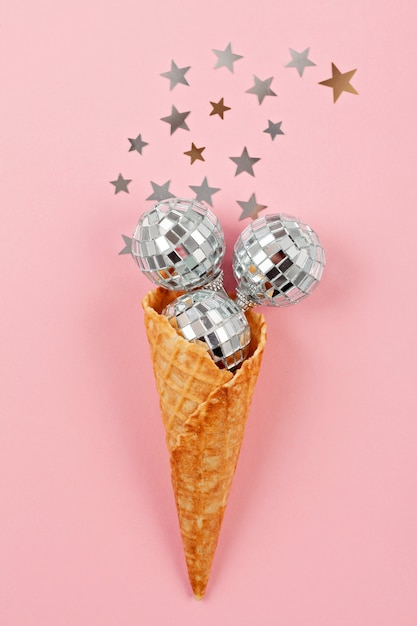 Flat lay com bolas de discoteca no cone waffle Foto Premium