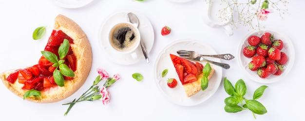 Flat lay com cheesecake de morango Foto Premium