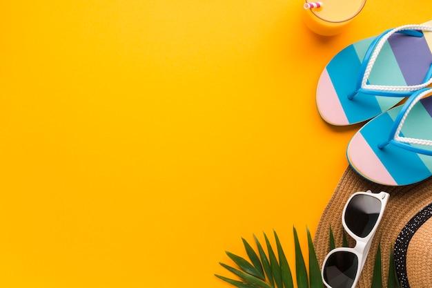 Flat lay conceito de férias com flip flops Foto Premium