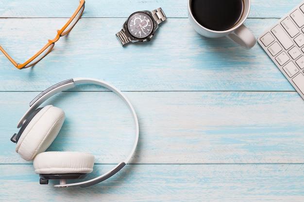 Flat lay de espaço de trabalho criativo com fones de ouvido Foto gratuita