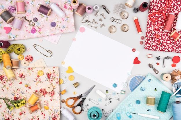 Flat lay de suprimentos de costura Foto gratuita