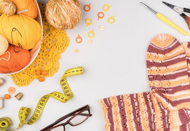 Flat lay de suprimentos de crochê e meias Foto gratuita