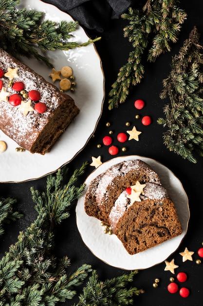 Flat lay delicioso bolo fatiado para festa de natal Foto gratuita