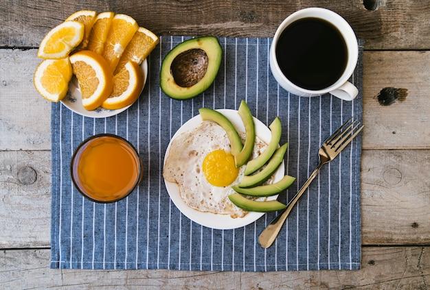 Flat lay delicioso café da manhã arranjo Foto gratuita