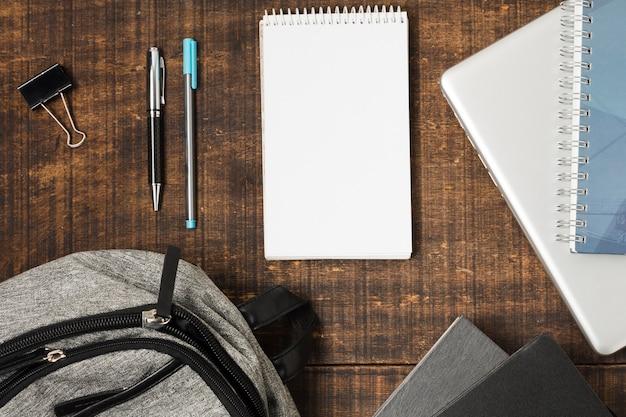 Flat lay mochila e material escolar Foto gratuita
