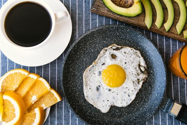 Flat lay ovos e frutas café da manhã Foto gratuita