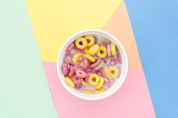 Flat leiga deliciosa tigela de loops de cereal de frutas Foto gratuita
