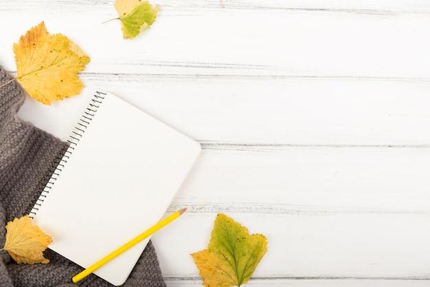 Flat leigo caderno em branco e pensil com espaço de cópia Foto gratuita