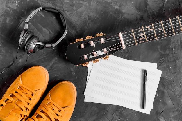 Flat leigo de violão e notas musicais Foto gratuita