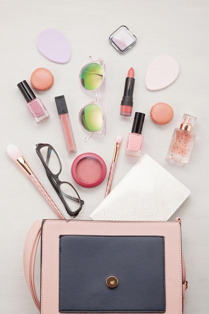 Flat leigos com acessórios femininos. moda, tendências e conceito de compras Foto Premium