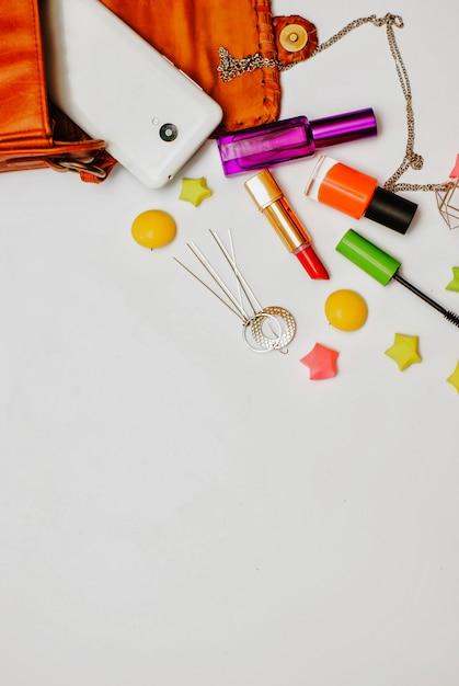 Flat leigos de bolsa de mulher de couro laranja com cosméticos Foto Premium