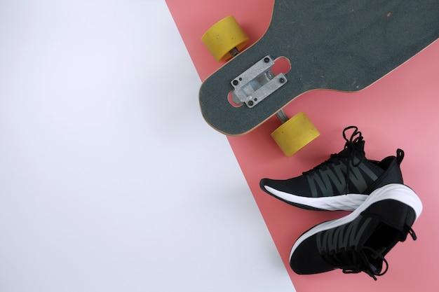 Flat leigos de longboard e tênis com espaço de cópia, estilo minimalista Foto Premium