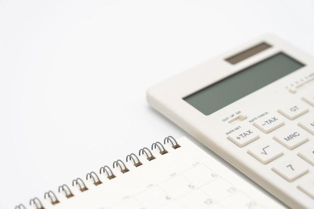 Flat leigos de mesa de mesa de escritório de vista superior com calendário, calculadoras canetas e outro escritório Foto Premium