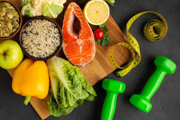 Flat leigos de peixe e legumes Foto gratuita
