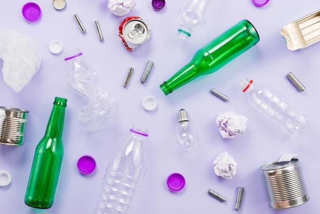 Flat leigos de triagem de lixo para reciclagem Foto gratuita