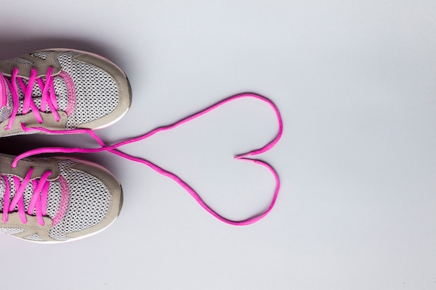 Flat leigos tênis com laços em forma de coração Foto gratuita