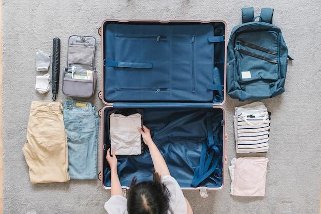 Flatlay de bagagem para viajar Foto gratuita
