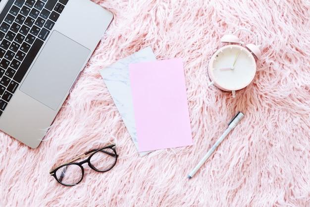 Flatlay de laptop, camisola de malha de mulheres, óculos de leitura, papel Foto Premium