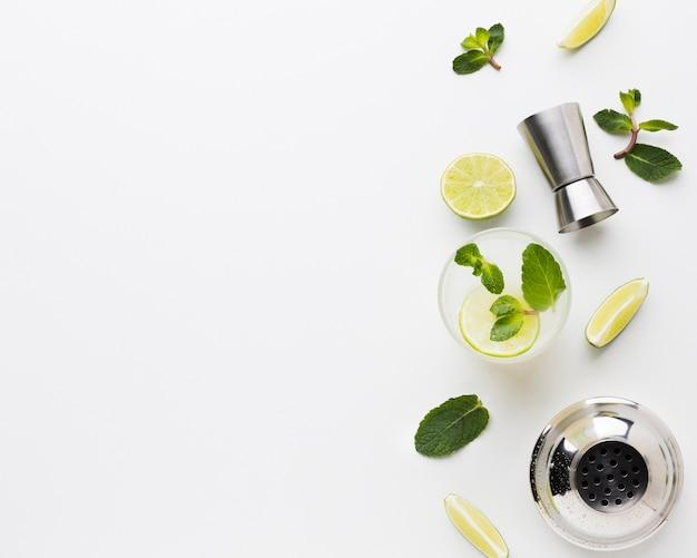 Flay lay de coquetéis essenciais com espaço de limão e cópia Foto Premium