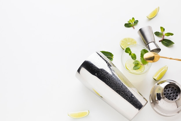 Flay lay de coquetéis essenciais com espaço shaker e cópia Foto gratuita