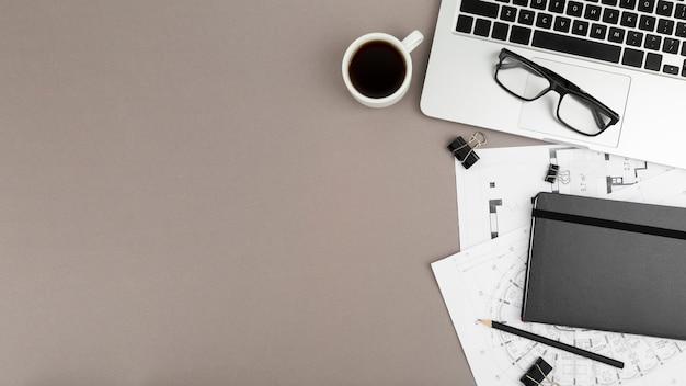 Flay lay do conceito de mesa com espaço de cópia Foto gratuita