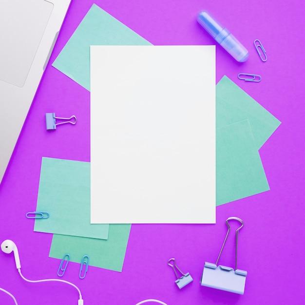 Flay leigos de mesa de escritório com fundo roxo Foto gratuita