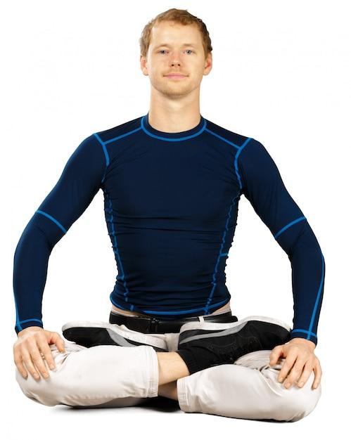 Flexível desportivo jovem fazendo alongamento exercícios isolados no fundo branco Foto Premium