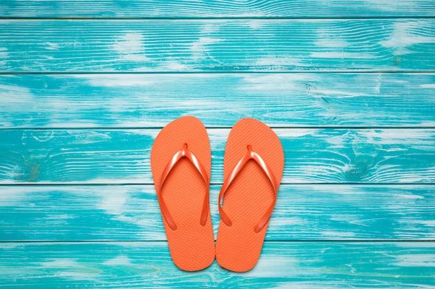 Flip flops no assoalho de madeira azul. Foto Premium