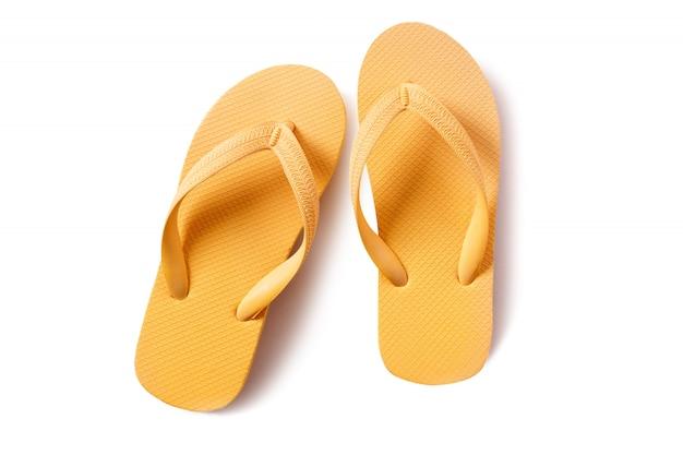 Flip-flops par amarelo isolado no fundo branco Foto gratuita
