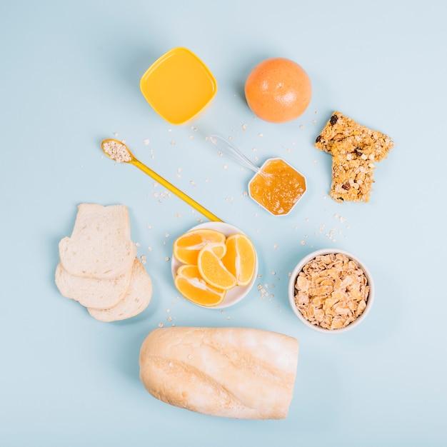 Flocos de milho com pão e geléia na mesa Foto gratuita