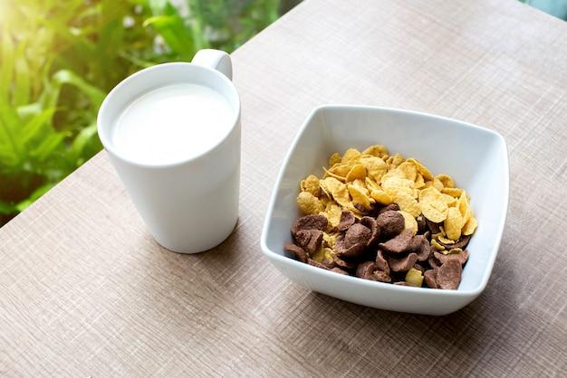 Flocos de milho e copo de leite Foto Premium
