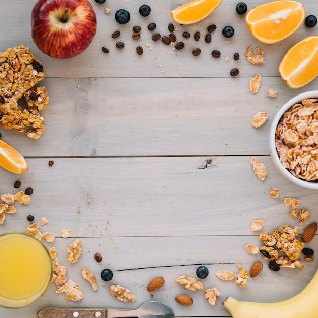 Flocos de milho na tigela com frutas e suco Foto gratuita