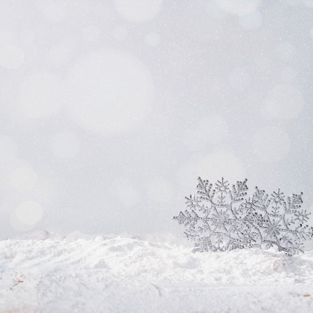 Flocos de neve de brinquedo no banco de neve Foto gratuita