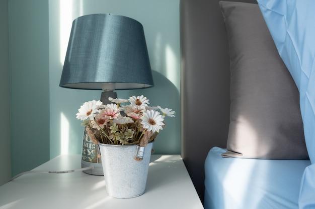 Flor bonita do tom macio no frasco Foto Premium