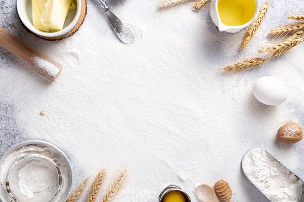 Flor branca com ingredientes de cozinha em cima da mesa Foto gratuita