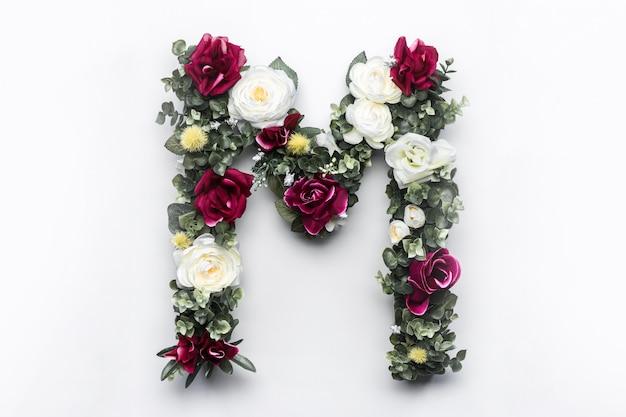 Flor carta m monograma floral foto gratuita Foto gratuita