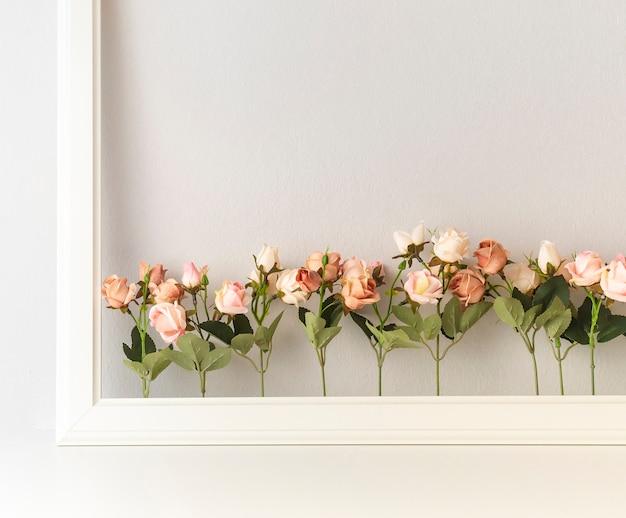Flor cor-de-rosa assorted com beira no fundo branco. Foto Premium