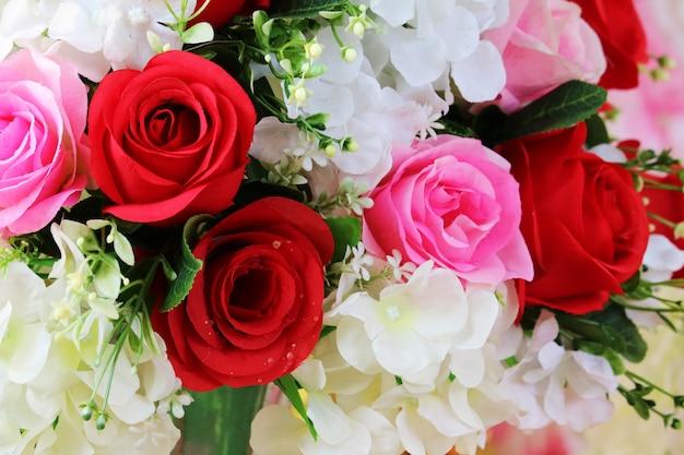Flor de boutique rosa vermelha e rosa decorar em tecido de casamento Foto Premium