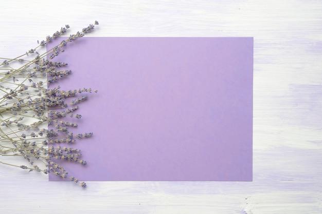 Flor de lavanda sobre o fundo roxo contra a textura de madeira Foto gratuita